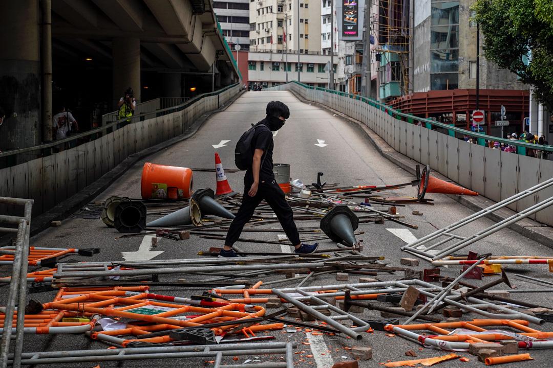 2020年5月24日,市民在香港島一帶發起反對國安法及國歌法遊行,示威者以雜物擺設路障。