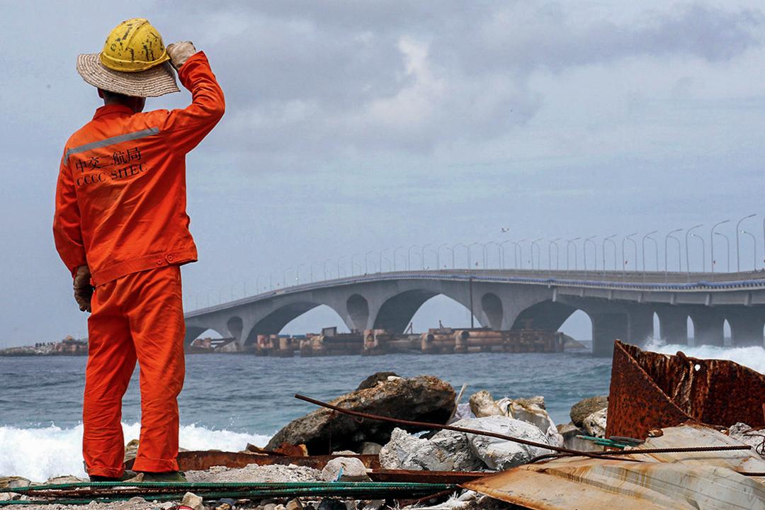 2018年9月18日,馬爾代夫馬累一名建築工人望向由中國投資興建的中馬友誼大橋。