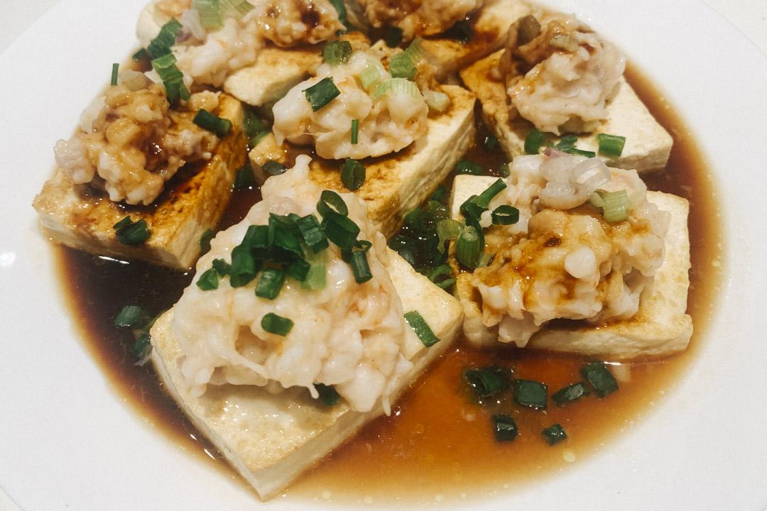 廣東家常菜蝦膠蒸豆腐。