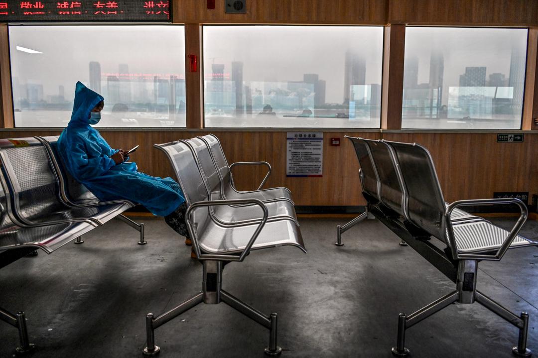 2020年5月14日,一名穿著保護衣的乘客在武漢的輪船上。