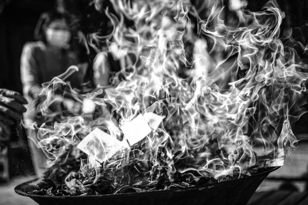 2020年2月26日圓山,市民在疫情下戴上口罩在燒衣祭神。