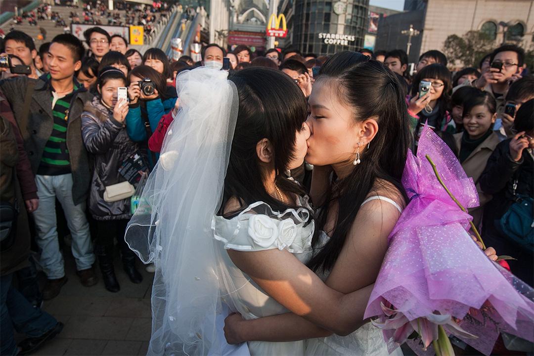 在2011年3月8日湖北省武漢市,一對同性戀人在他們的婚禮上親吻。
