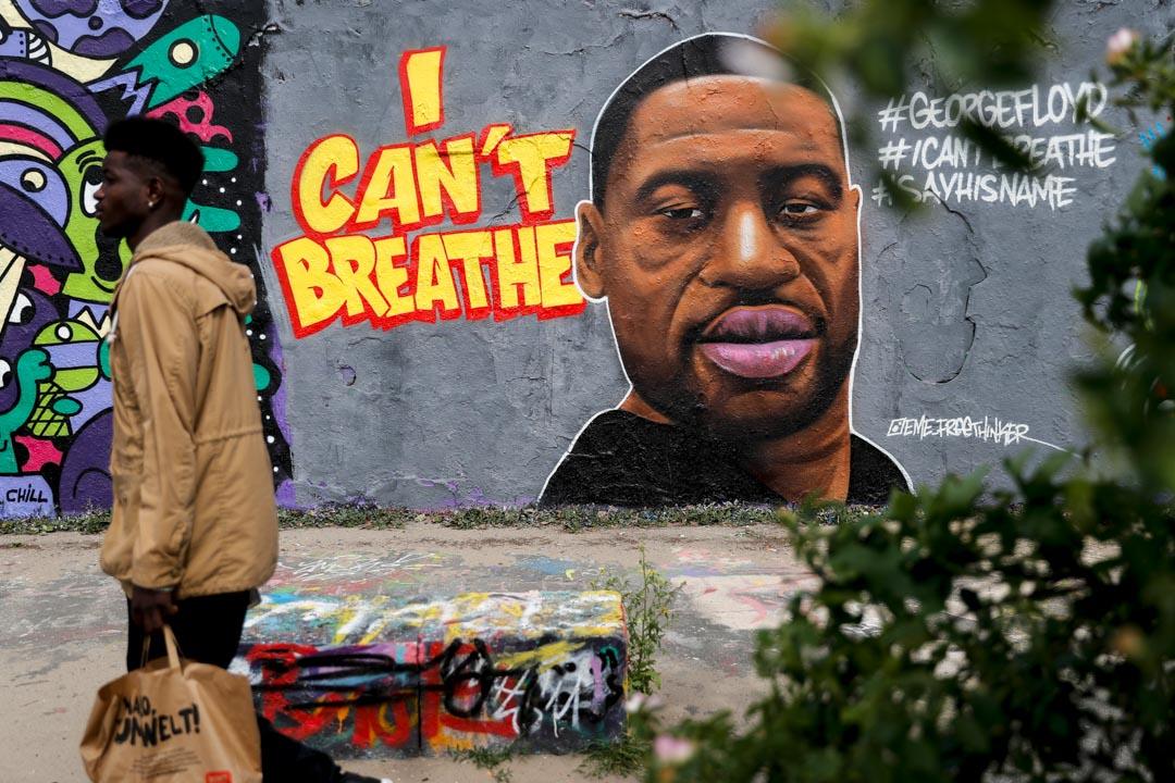 2020年5月30日,美國近年來圍繞種族問題的最大規模抗議浪潮蔓延,遠在柏林的莫爾公園(Mauer Park)中有塗鴉紀念已去世的黑人George Floyd。 攝:Odd Andersen/AFP via Getty Images