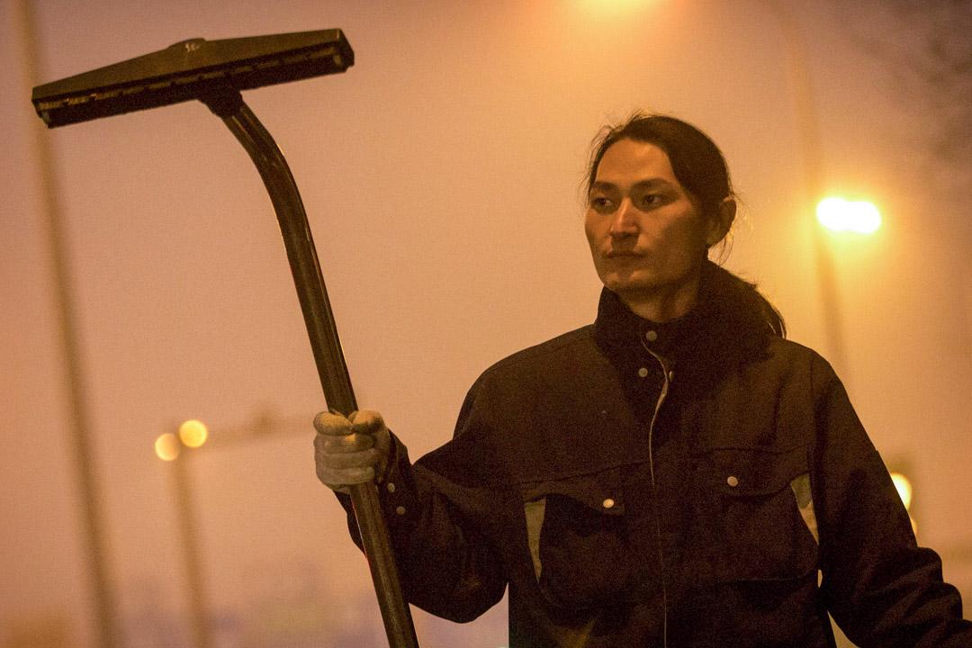 堅果兄弟在高速公路上用吸塵器收集空氣中的塵埃。