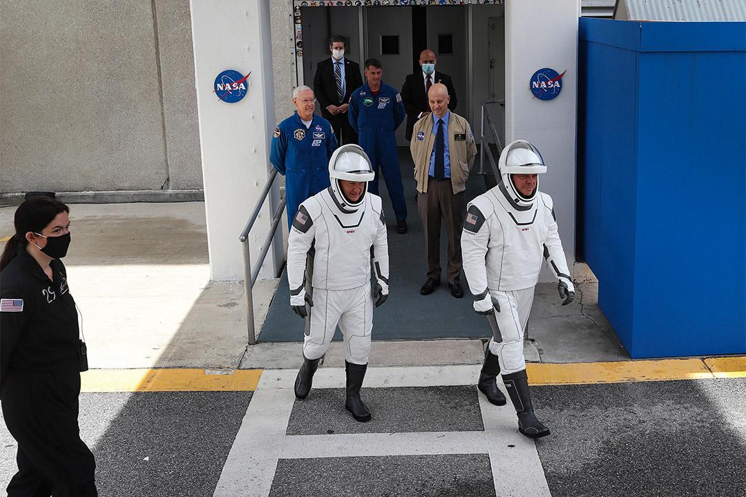 2020年5月27日佛羅里達卡納維拉爾角的太空中心,宇航員鮑勃·貝肯(R)和道格·赫利(L)前往發射台的航天器。 攝:Joe Raedle/Getty Images