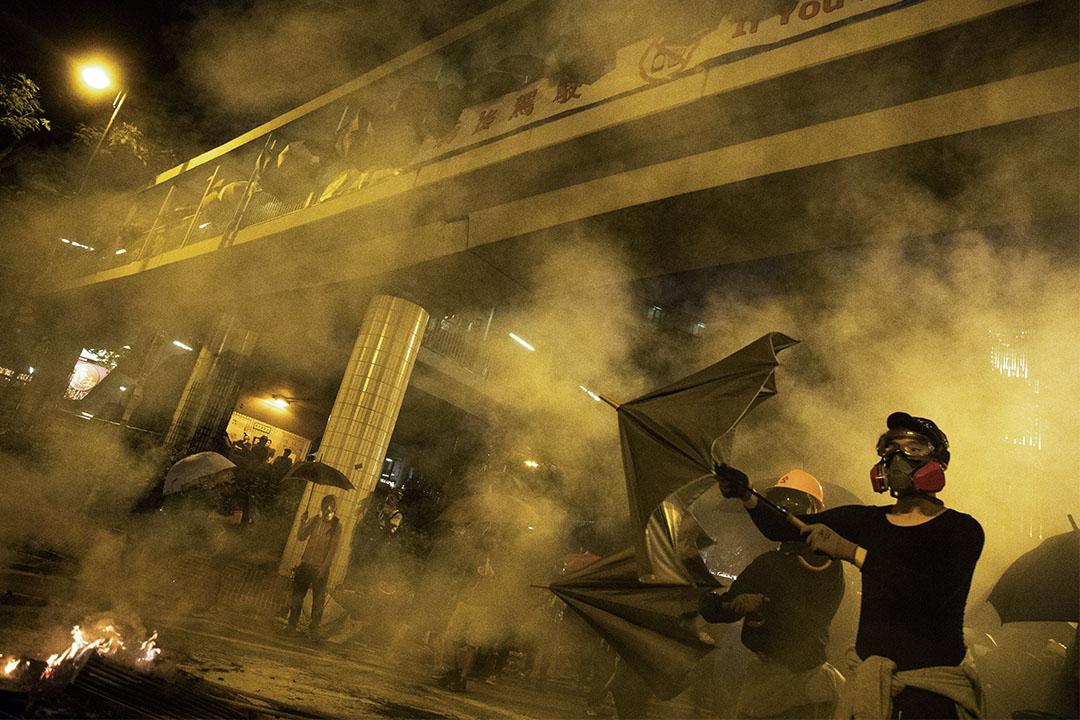 2019年11月19日香港,示威者於尖沙咀希望拯救被困於理工大學的示威者,警方施放催淚彈驅散。
