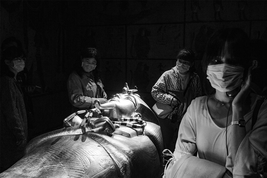 2020年4月4日清明節連假,台北中正紀念堂舉行「圖坦卡門—法老王的黃金寶藏特展」,觀眾在室內參觀並保持1.5米的社交距離。