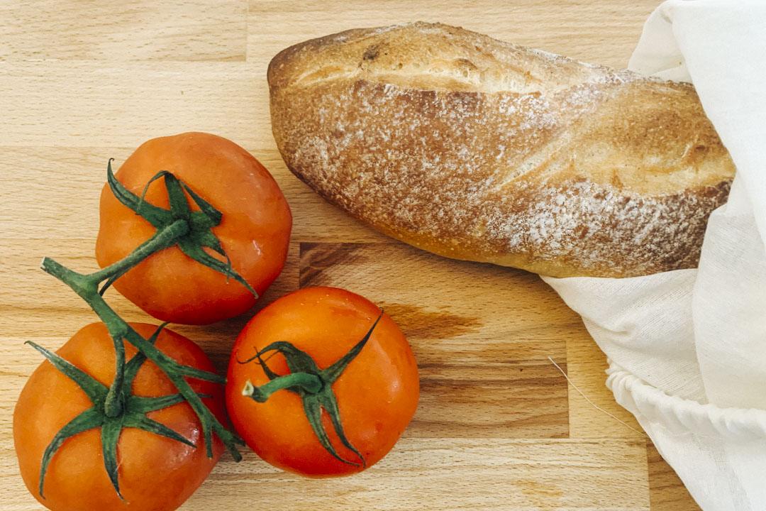 番茄與麵包。