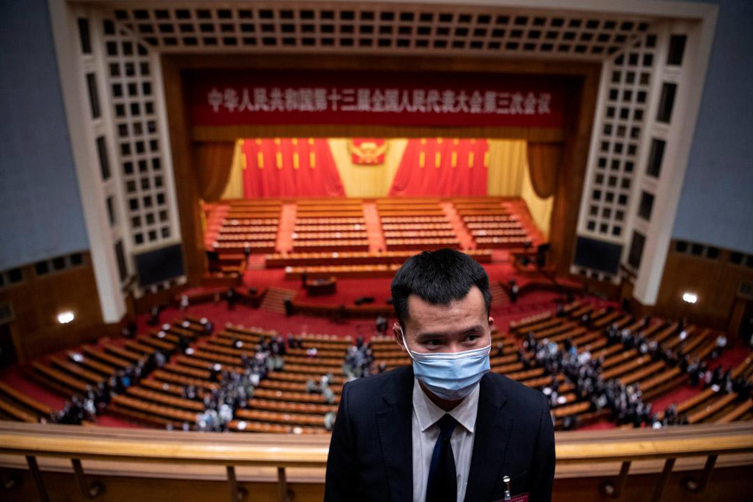 2020年5月25日,北京人民大會堂舉行的全國人民代表大會第二次全體會議之後,一名保安繼續工作。