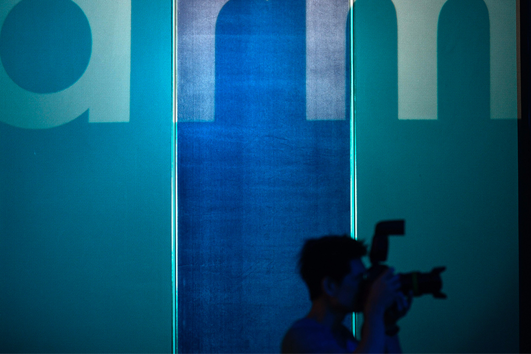 2019年5月27日台北,一名攝影師於展覽內拍攝。