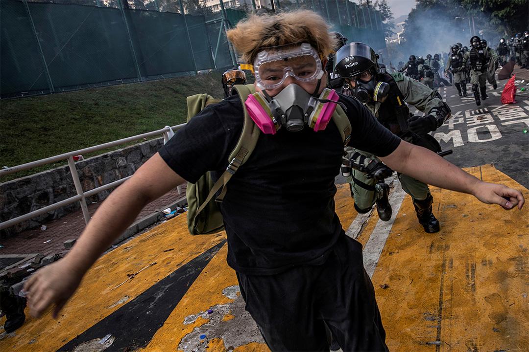 2019年11月12日,香港中文大學發生衝突,一名反政府示威者遭到防暴警察的追捕。