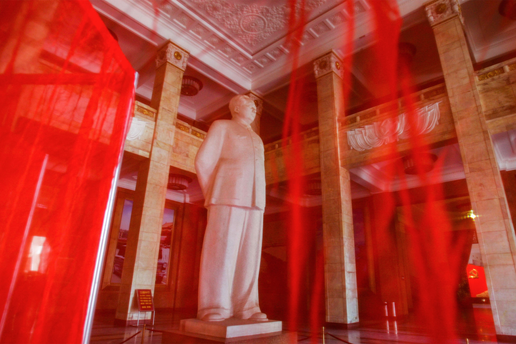 2005年3月24日北京,前中國領導人毛澤東的雕像在紅色紗布後面。