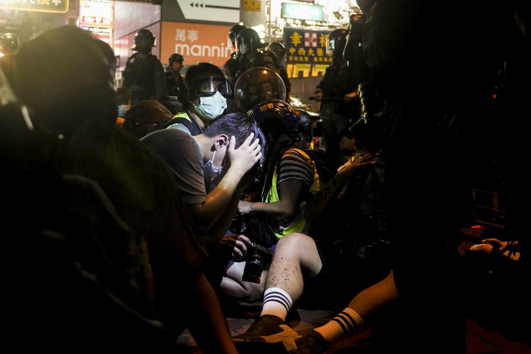 2020年5月10日,香港旺角發生衝突,有在場記者被警察噴胡椒噴霧。 圖:端傳媒