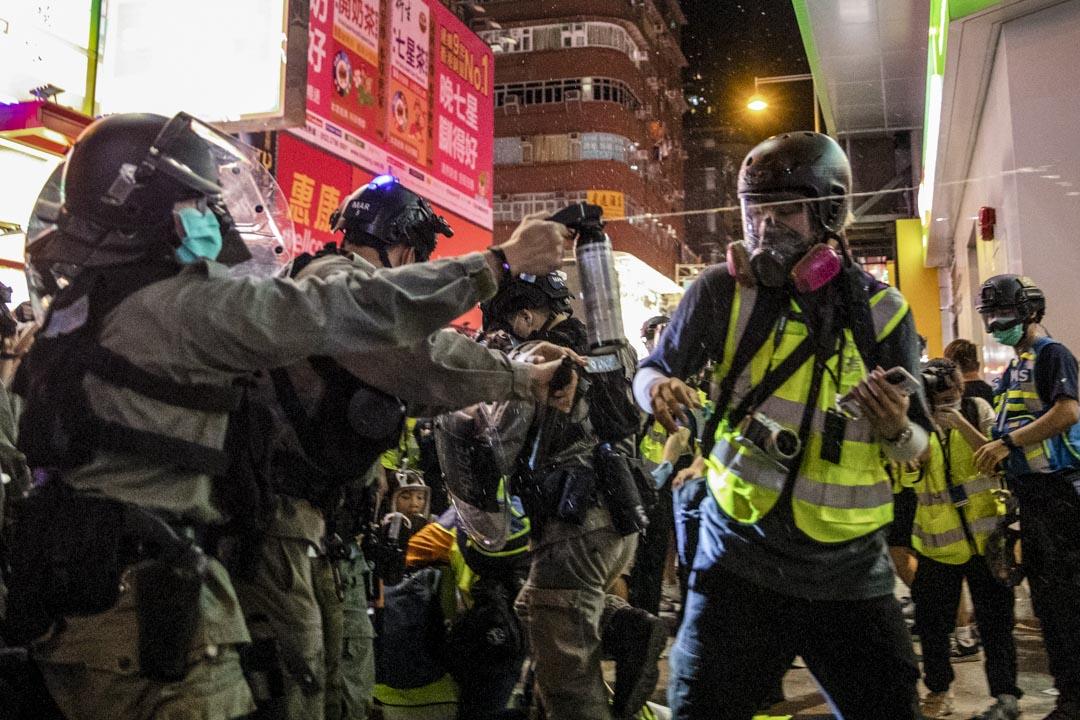 2020年5月10日晚上,旺角示威期間防暴警察向正採訪的記者施放胡椒噴劑。 圖:端傳媒