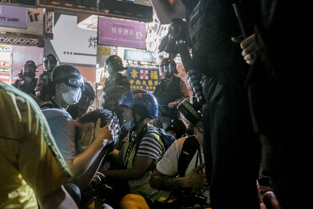 2020年5月10日晚上,防暴警察在旺角示威現場將記者包圍在數平方米的空間內。