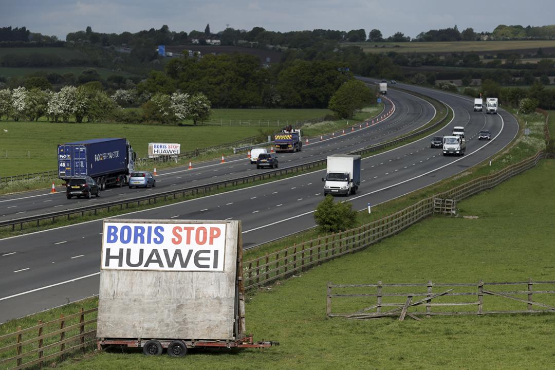 2020年5月1日在英國牛津郡一段高速公路旁,有民眾架設大型標語,要求首相約翰遜(Boris Johnson)禁止中國電訊設備商華為參與英國 5G 網絡建設。 攝:Eddie Keogh / Reuters