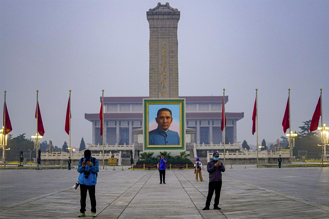 2020年5月1日北京天安門廣場,戴著口罩的人在孫中山畫像前。