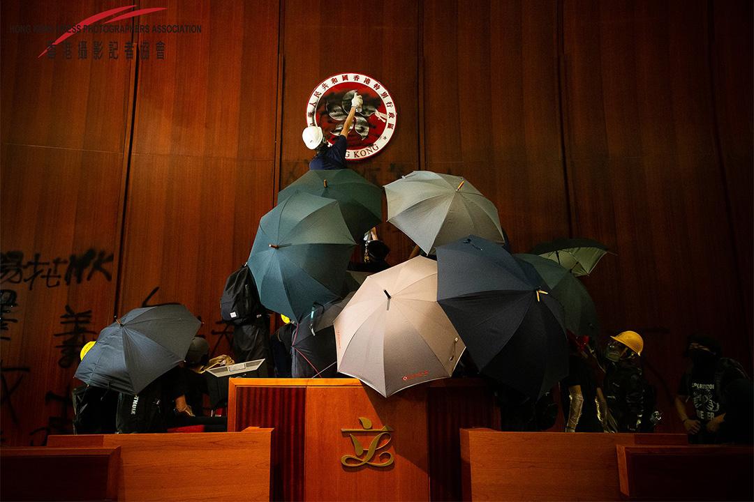2019年7月1日香港立法會,示威者佔領立法會並塗污香港區徽。