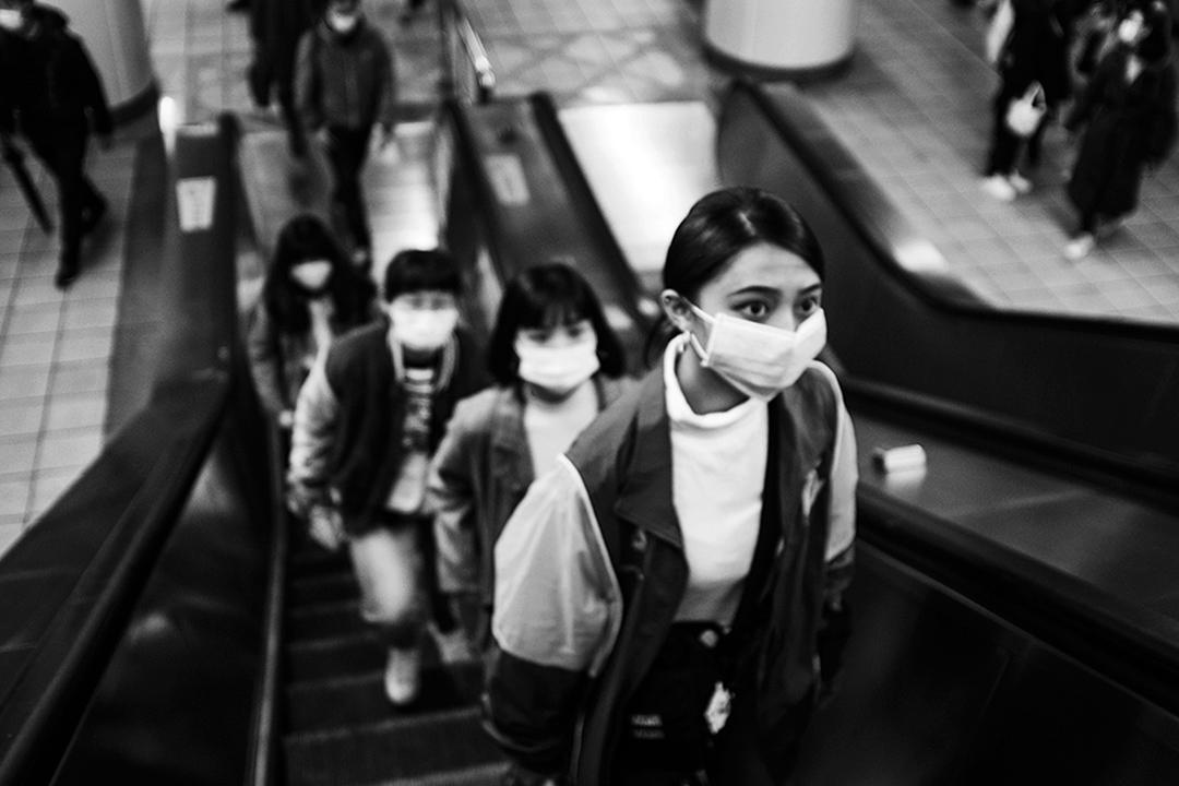 2020年2月7日,台北捷運內的乘客戴上口罩。