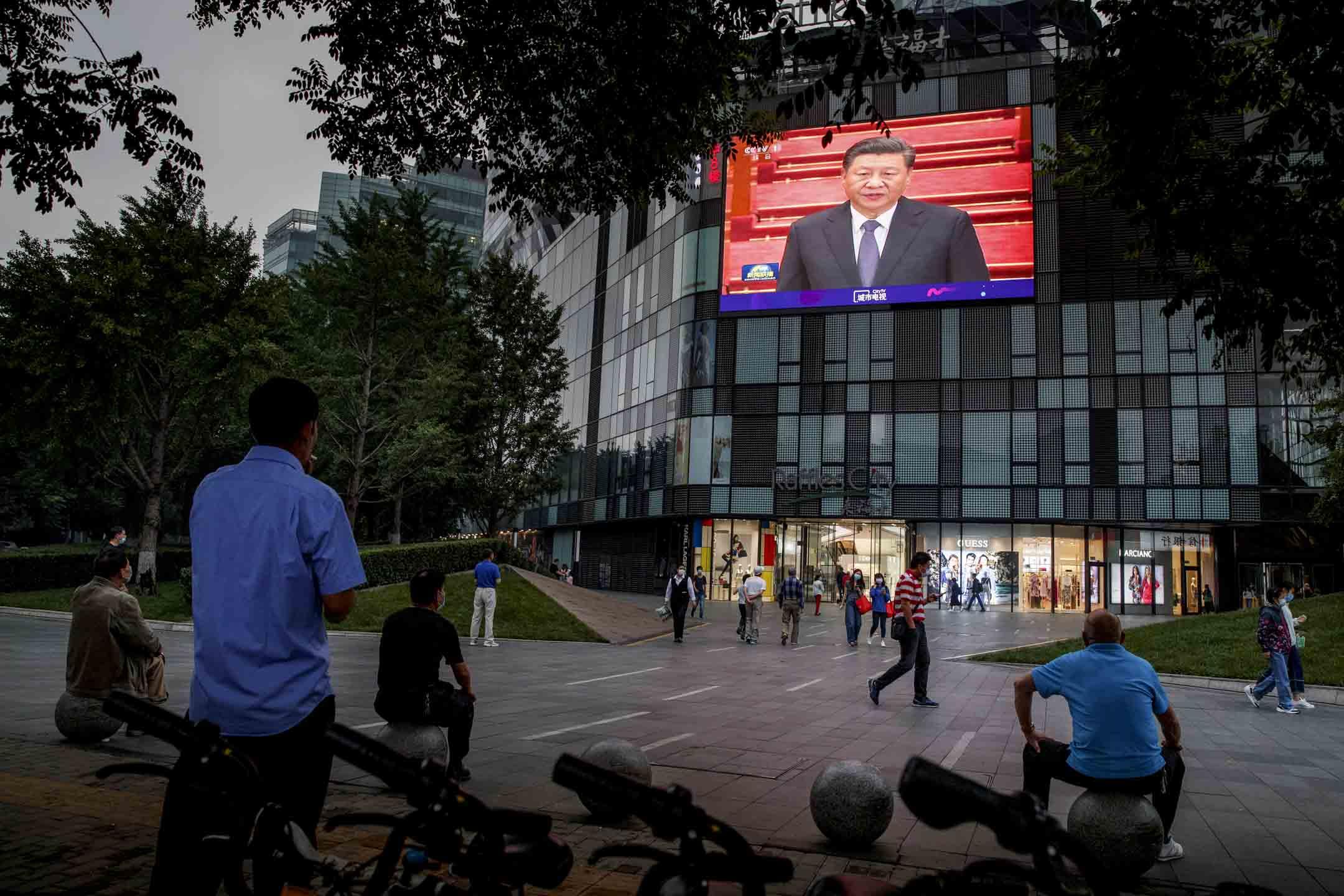 2020年5月21日,百貨公司的屏幕播放政協會議開幕式上的國家主席習近平。 攝:Thomas Peter /Reuters/達志影像