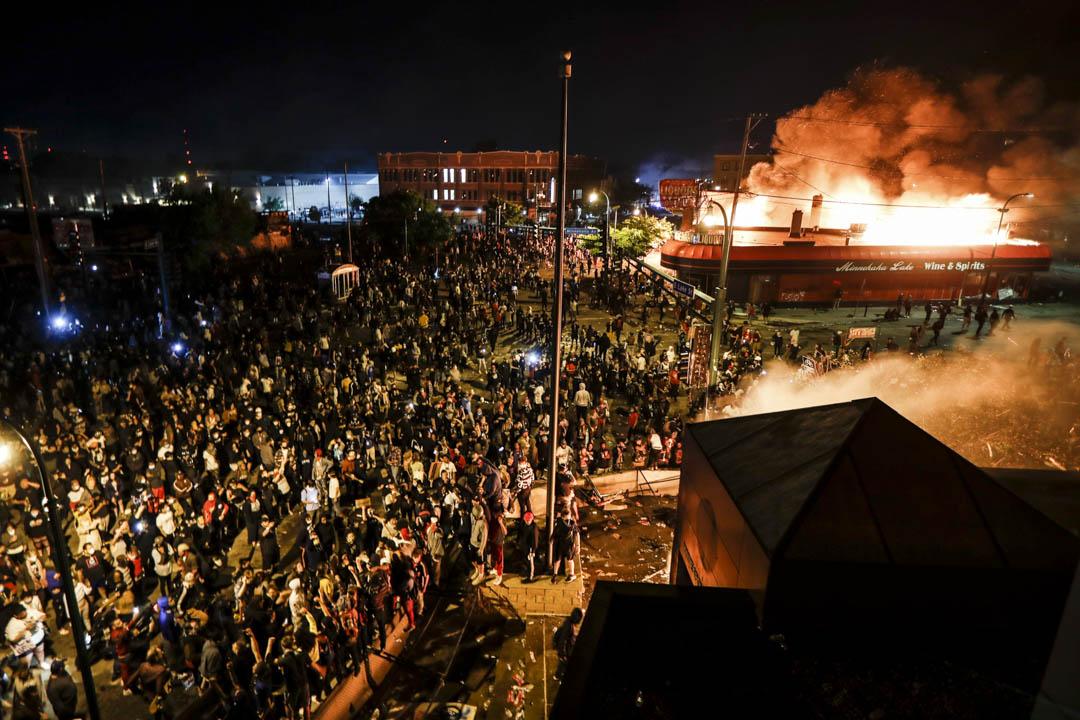 2020年5月28日,美國明尼蘇達州阿波利斯市,示威者在焚燒中的警署外聚集。