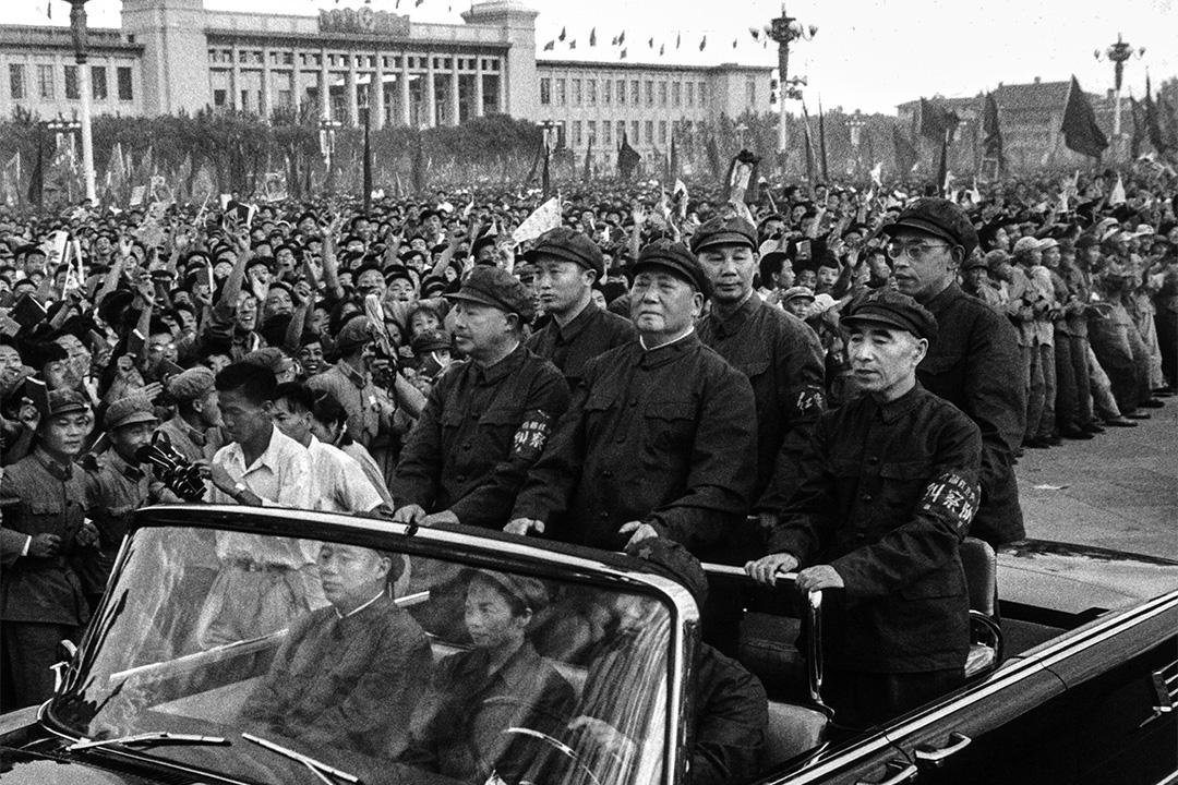 1966年9月9日,文化大革命初期的北京, 毛澤東坐在一輛汽車上經過天安門廣場上的群眾。