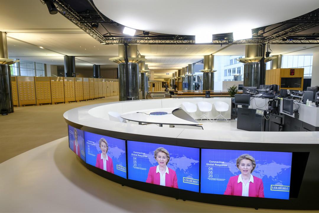 2020年5月4日,布魯塞爾歐洲議會屏幕上,歐盟委員會主席馮德萊恩(Ursula von der Leyen)組織全球在線捐款抗疫。 攝:Thierry Monasse/Getty Images