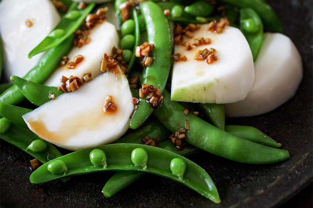 醬油及味醂,分量 3:1,加一顆乾辣椒、一點麻油、切碎島辣韮的葉子,放一兩個小時,就成為辣韮醬油。若找不到辣韮,用韮菜也可以