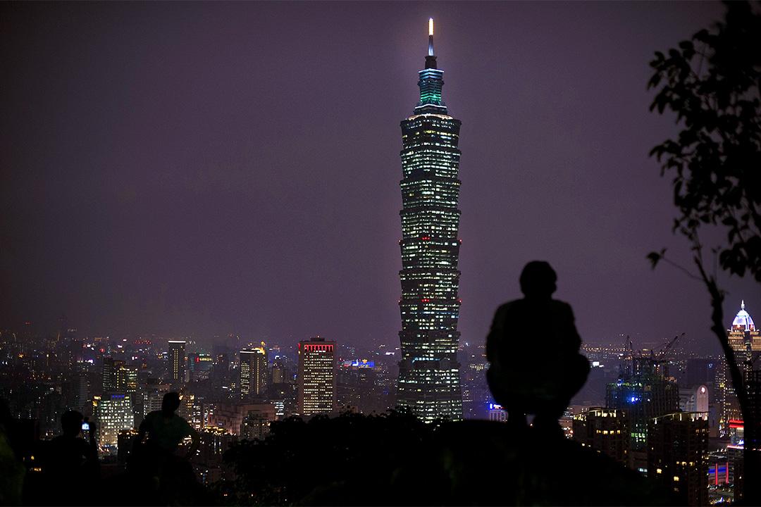 2016年1月7日台北,一個人在象山的石上觀看夜景。