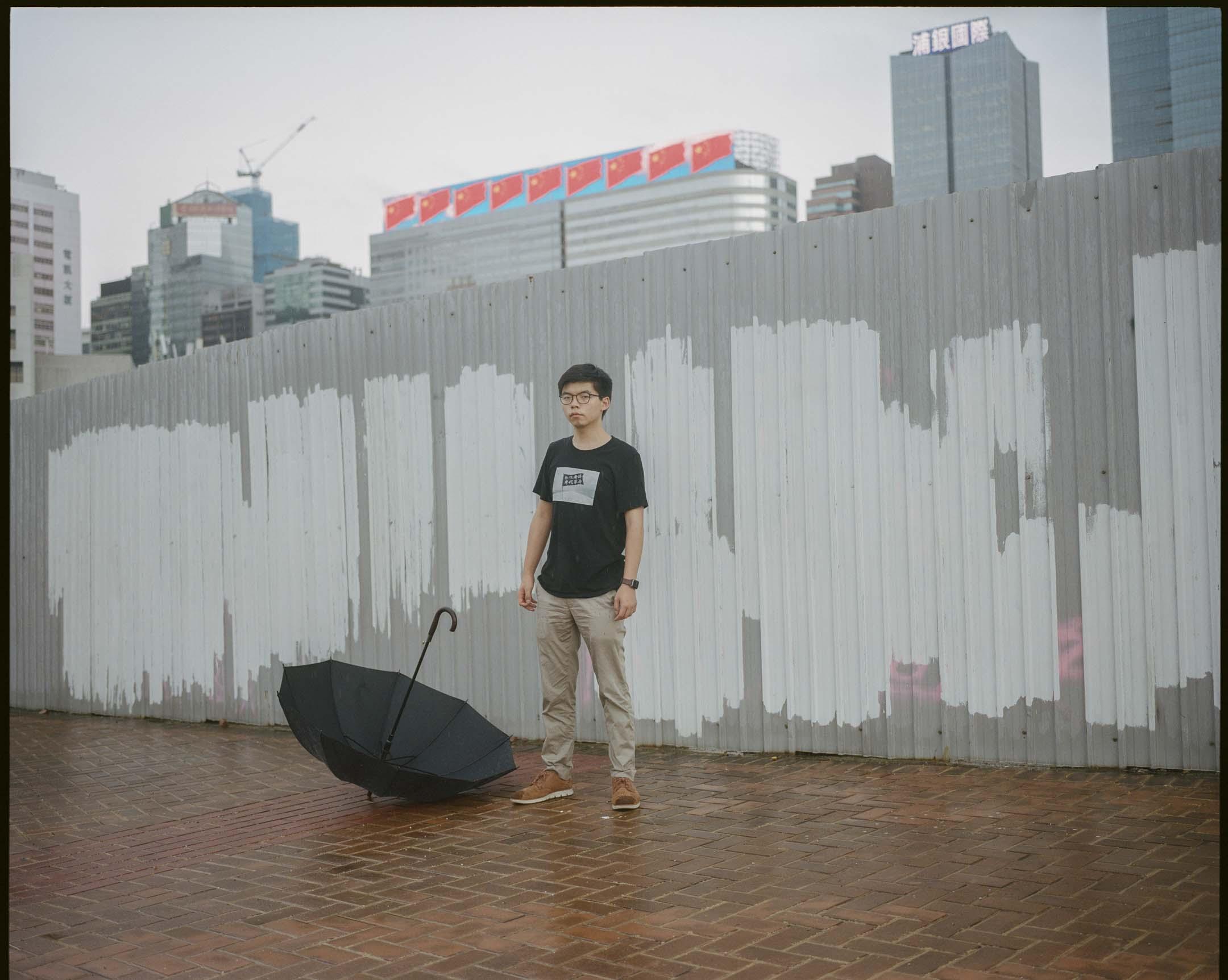 2020年5月25日,人大通過港區國安法前夕,黃之鋒站在金鐘一幅有白色油漆的牆前。 攝:林振東/端傳媒