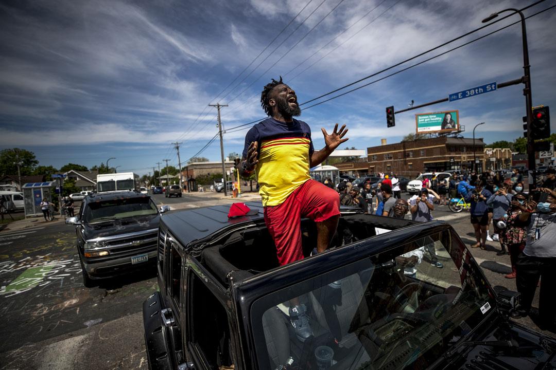 2020年5月28日美國明尼蘇達州阿波利斯市,美國前職業美式足球員卡特(Tyrone Carter)在現場勸籲群眾不要破壞喬治·佛洛伊德(George Floyd)被害地點附近的景物。