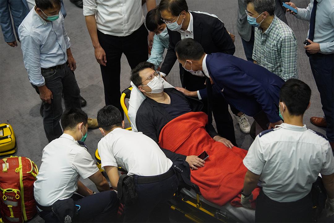 尹兆堅議員因議會衝撞,背脊受傷而被急救推車送走。