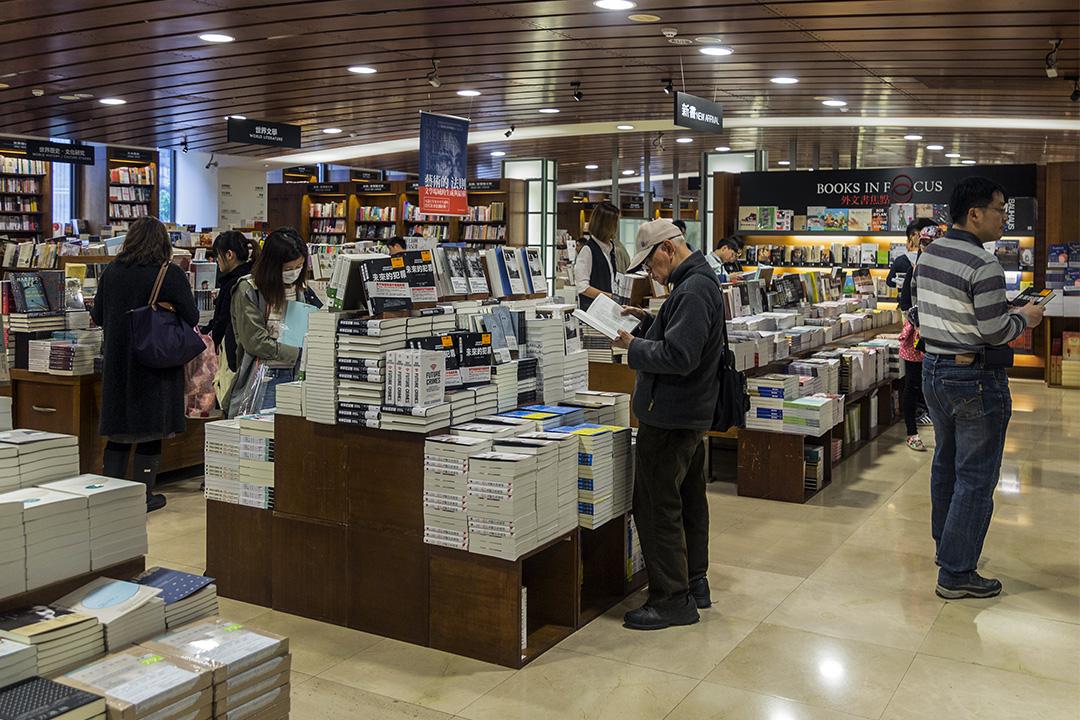 2016年3月19日敦南誠品,顧客在誠品書店內看書。