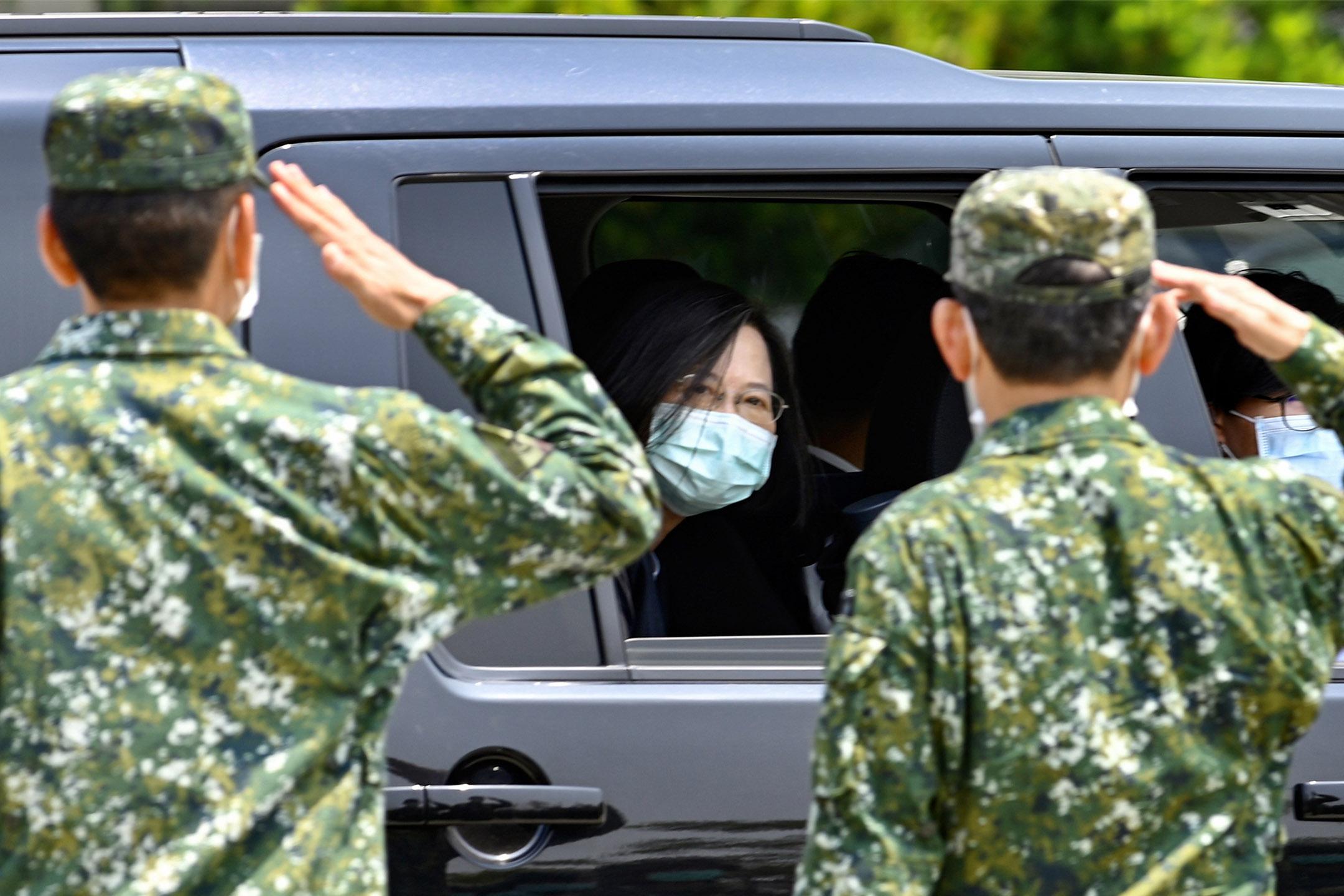 2020年4月9日,台灣總統蔡英文在2019冠狀病毒流行期間戴著口罩到台南的軍事基地時接受軍官致敬。 攝:Sam Yeh/AFP via Getty Images