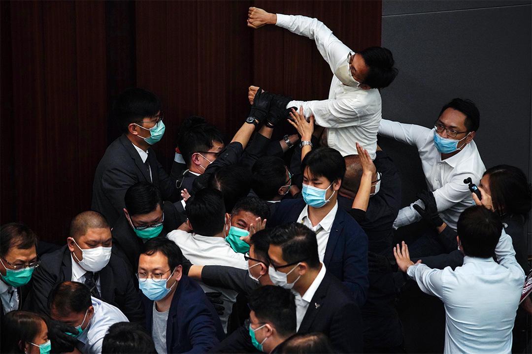 李慧琼坐在主席位置,大批保安及建制派議員圍在主席台前,不讓民主派議員靠近,其中朱凱廸企圖接近,雙方一直僵持。