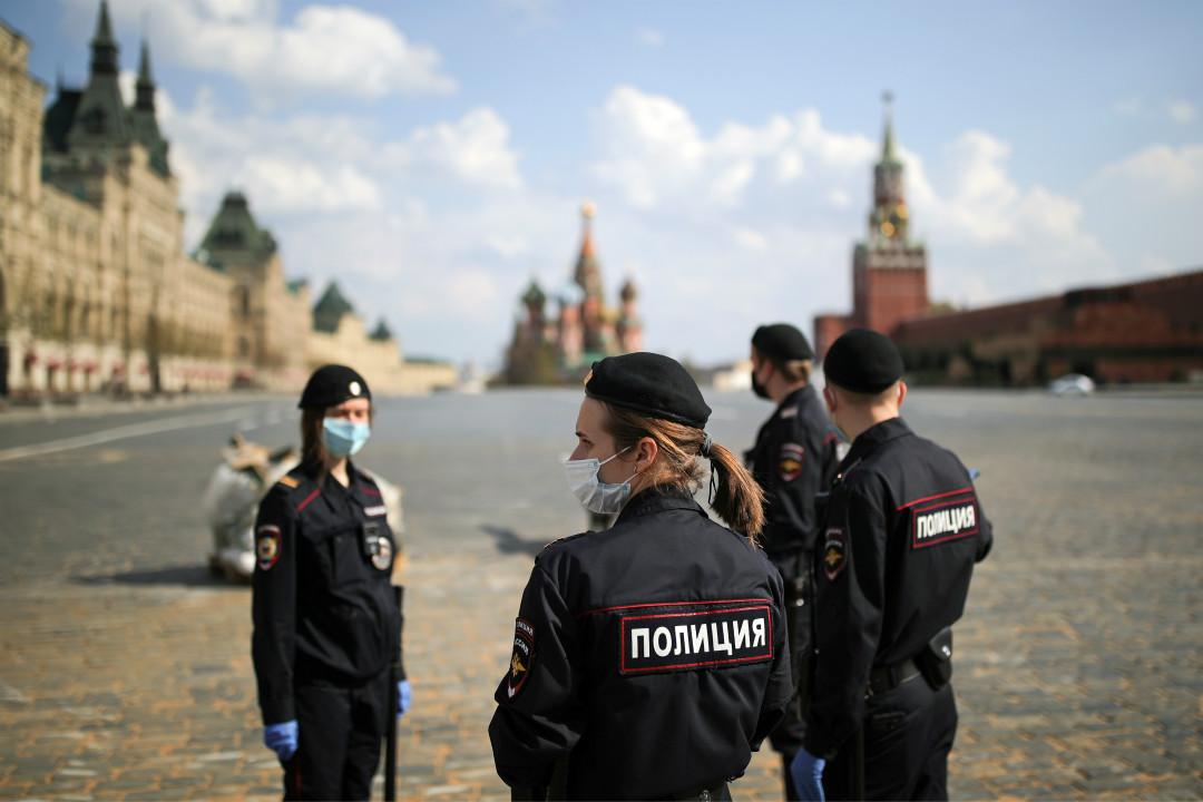 2020年5月3日,俄羅斯首都莫斯科,警察在空曠的紅場巡邏。 攝:Sergei Bobylev\Getty Images