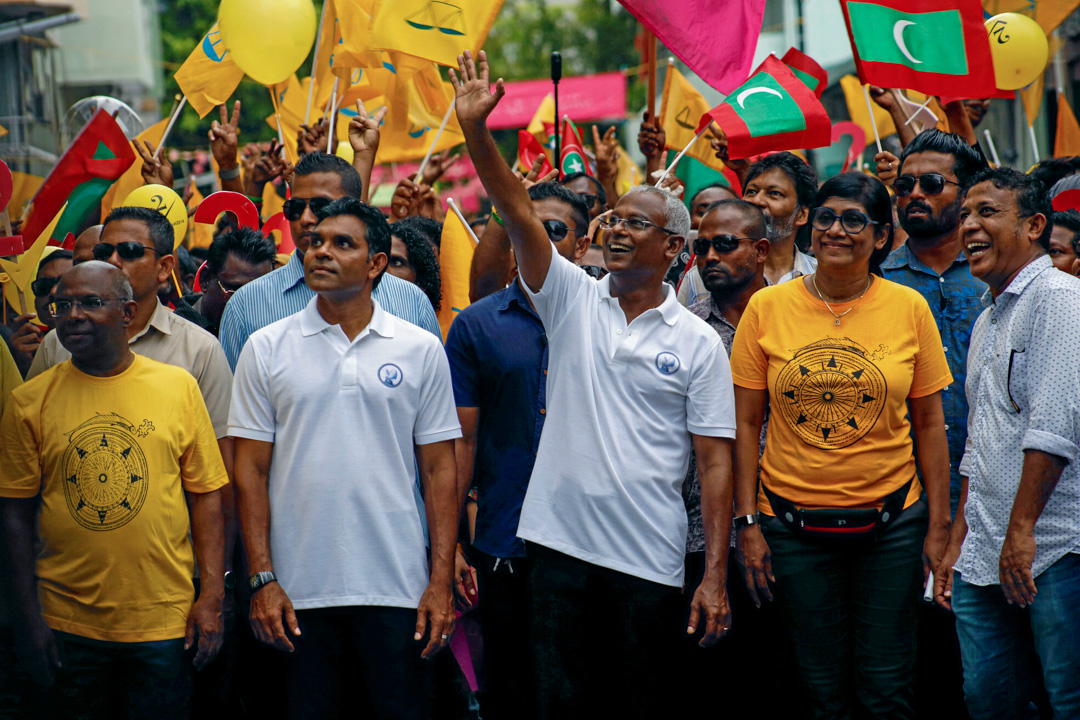 2018年9月22日,馬爾代夫總統薩利赫大選期間帶領支持者遊行。