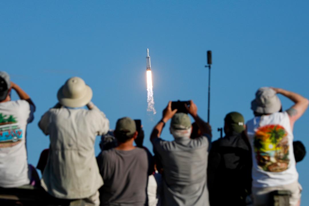 2019年4月11日,海灘的遊客觀看SpaceX的火箭從佛羅里達州肯尼迪航天中心發射升空。