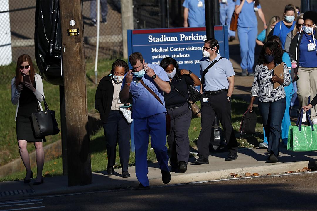 2020年5月6日,一名早班醫療人員戴著口罩到達密西西比大學醫學中心。