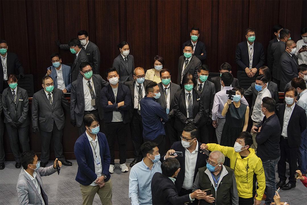 李慧琼由保安包圍坐在主席台,民主派及建制派多名議員繼續包圍主席台,現場混亂。