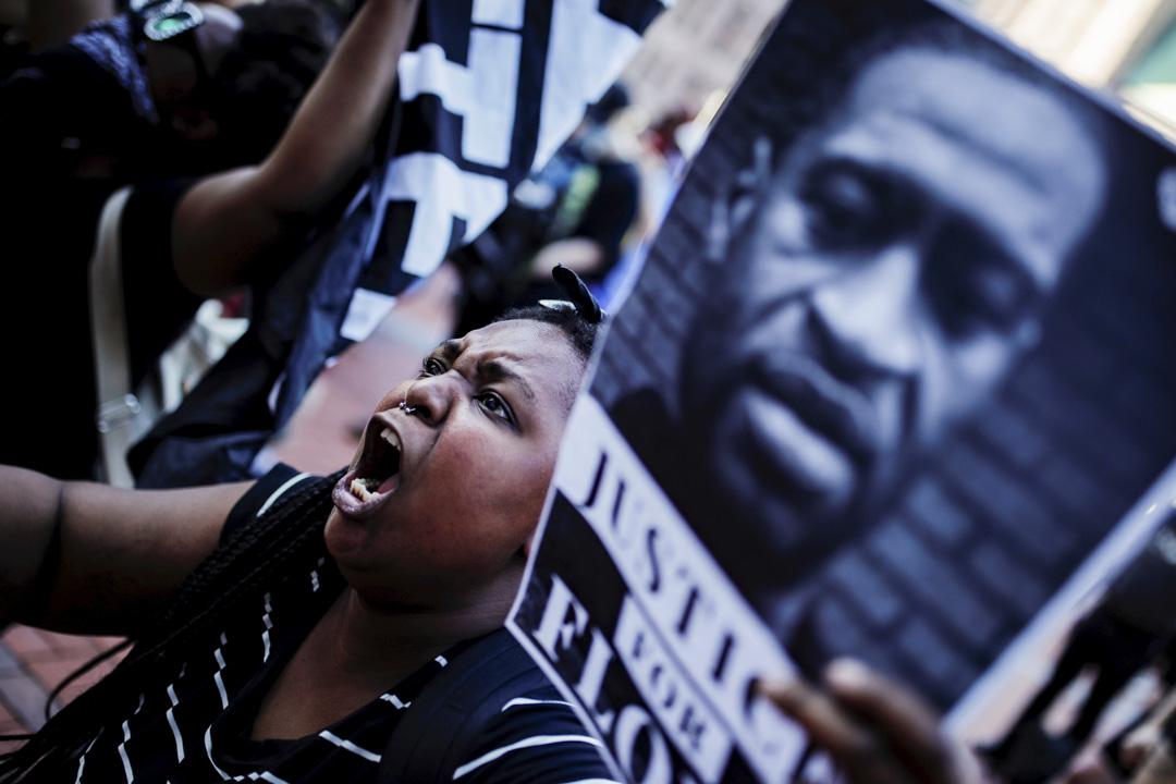 2020年5月28日美國明尼蘇達州阿波利斯市,示威者在城市大會堂外拿著喬治·佛洛伊德(George Floyd)的肖像抗議。