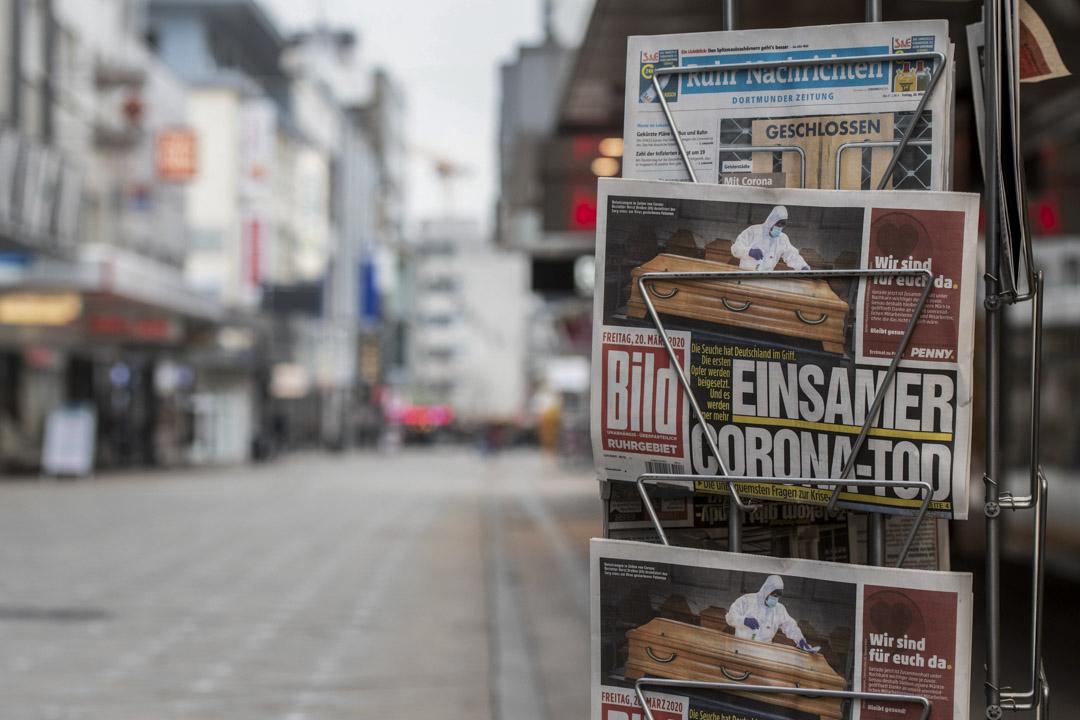 2020年3月20日德國威斯特法倫州,日報被放在行人專用區的報紙架上。