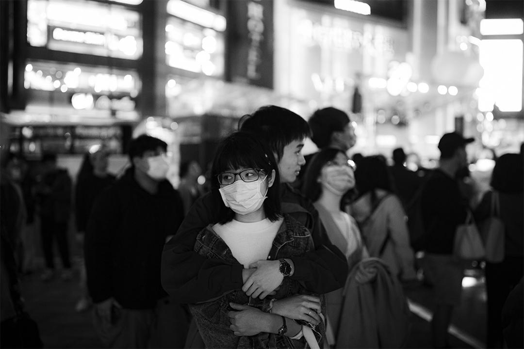 2020年2月14日情人節,台北西門町的街頭上,一對情侶在台北燈節欣賞燈飾。
