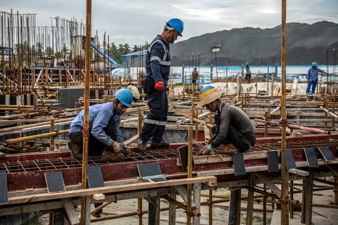 2019年12月13日,胡鲁馬累上一個由中國建築公司投資的基建項目,建築工人正在工作。