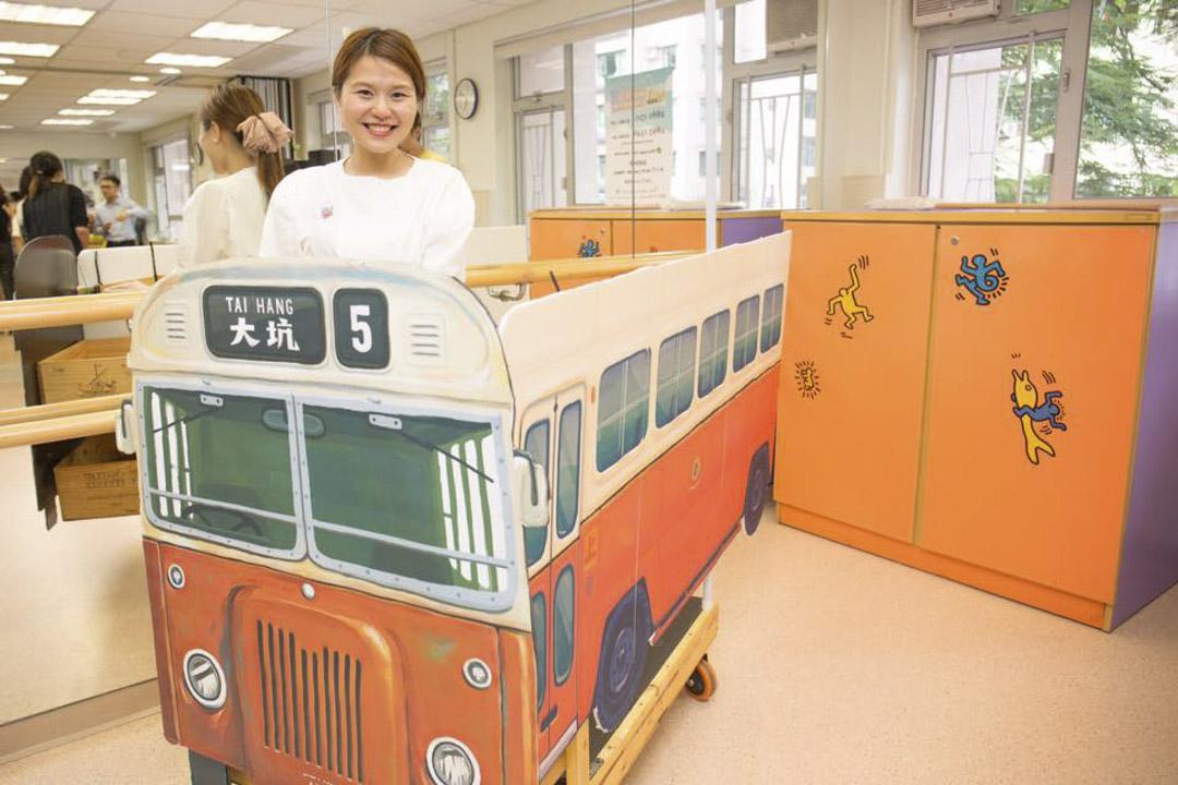楊雪盈跟團隊更以木頭車製作巴士道具,邀請漫畫家阿塗在外層畫畫。