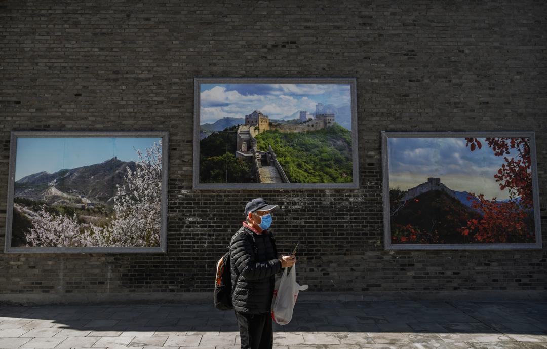 2020年3月27日,一名男子到訪北京的萬里長城。 攝:Kevin Frayer/Getty Images