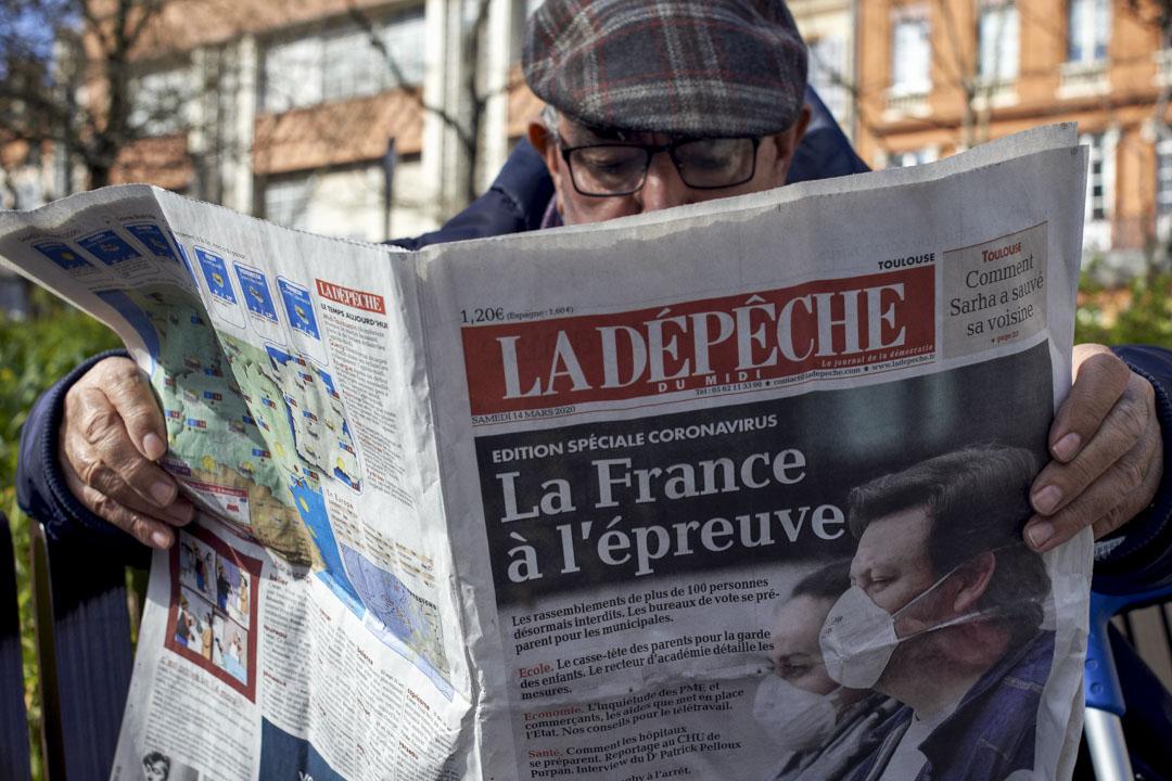 2020年3月15日 法國圖盧茲,一名男子在閲讀報紙。