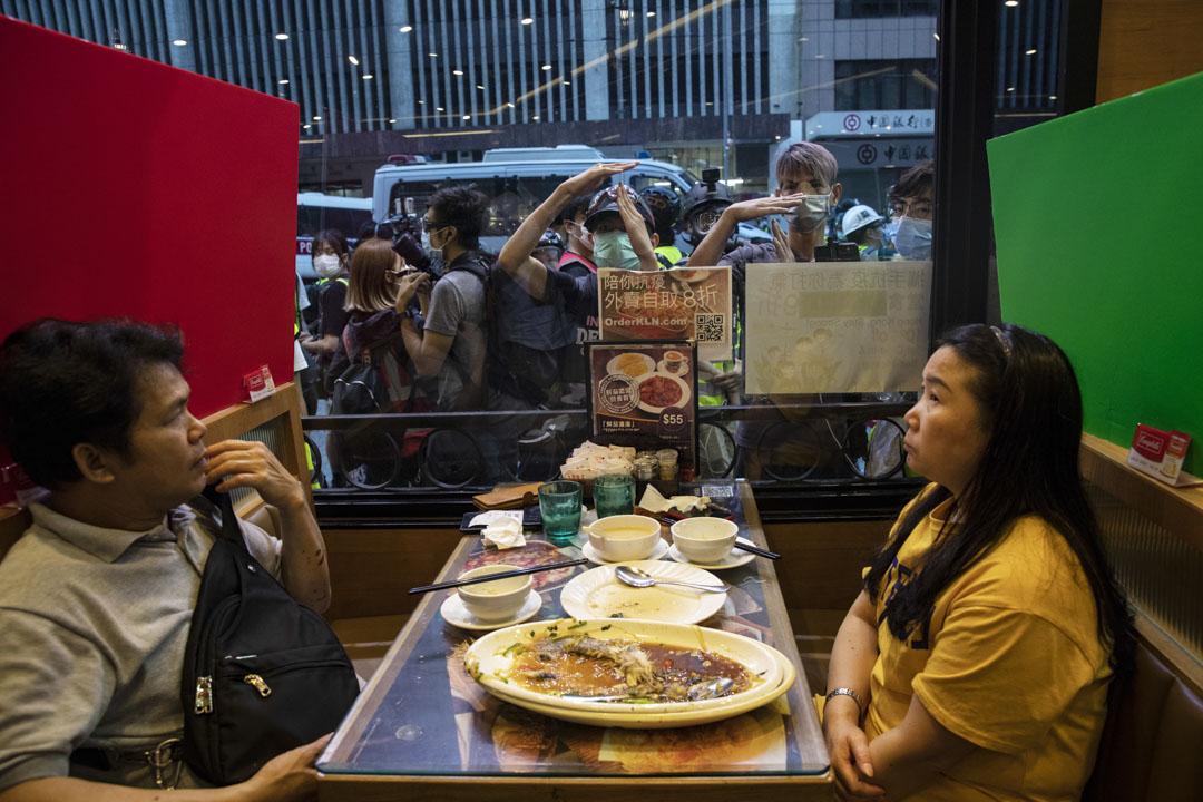 2020年5月24日,銅鑼灣一間餐廳內男女在市民與警察對峙期間用餐。