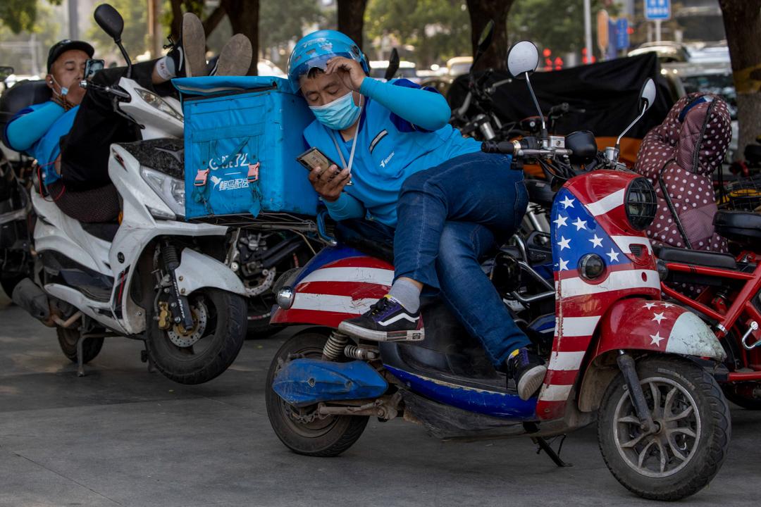 2020年5月14日,北京一名外賣員騎著美國國旗主題的電單車。