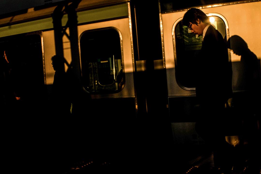 2015年10月13日東京澀谷站,一名商人下火車。